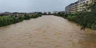宜春连日暴雨致铁桥被冲倒 垮塌瞬间曝光