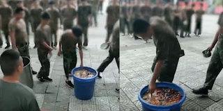 曝教官嫌学生浪费粮食 让学生排队吃泔水