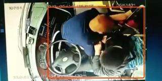 南阳公交司机遭乘客锁喉 车内乘客尖叫