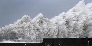 超强台风登陆日本:巨浪滔天 汽车被吹飞