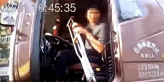 司机拄着双拐开半挂车 惊呆交警