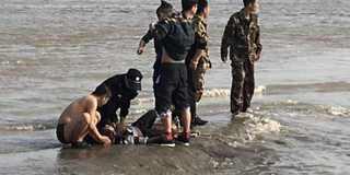 游客钱塘江观潮被卷走 路人拍下生死瞬间