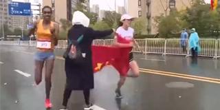 中国选手冲刺时2次被递国旗 痛失金牌