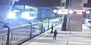 发车前2分钟 女子扒列车门等迟到丈夫