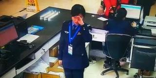女警压力大偷抹眼泪 下一秒变脸微笑接待