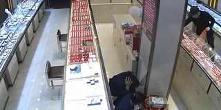 蒙面男抢劫20万珠宝 监控拍下全程
