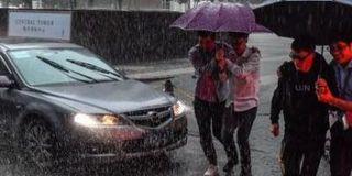 广州暴雨致高校到处水浸 学生淌水去上课