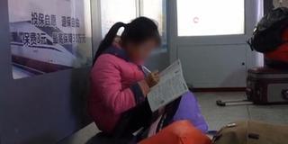 争分夺秒!12岁女孩火车站写寒假作业