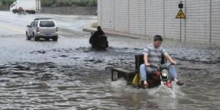 广东汕头暴雨灾情不断 群众两天没饭吃