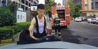 消防员路边吃饭 一个举动引千万网友点赞