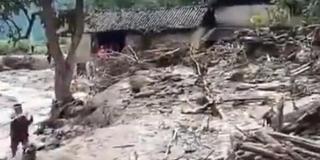 云南丽江突发山洪道路被毁 目前2人失联