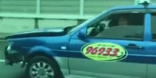 """""""出租车""""狂飙撞护栏 警车猛追10分钟"""
