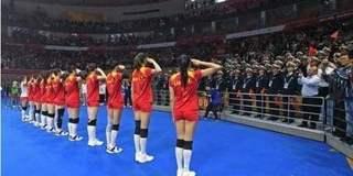 女排队员和兵哥哥互敬军礼 现场掌声雷动