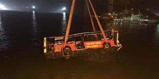 重庆万州坠江公交车被打捞出水
