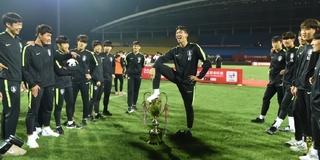 韩国夺冠球员脚踩中国奖杯 全队公开道歉