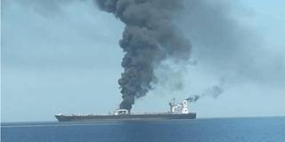 伊朗油轮在红海被2枚导弹击中爆炸