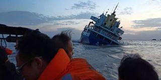 货轮触礁搁浅 救援队无畏风浪营救13人