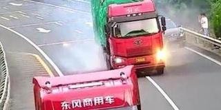 大货车猛怼小车 6人提前撤离逃过一劫