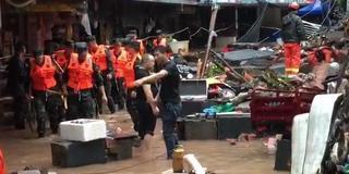 四川宜宾暴雨致围墙倒塌 致1死2伤