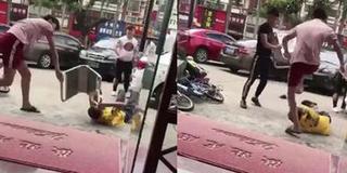 3男子当街围殴外卖小哥 拳打脚踢铁牌砸