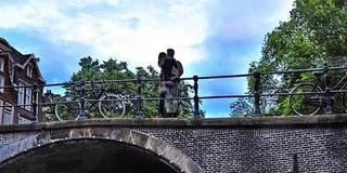 情侣倚栏杆热情拥吻 双双堕下天桥惨死