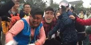 大学生拔河比赛戴表情包面具走红