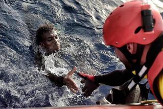 利比亚一偷渡船在海上倾覆 致至少70死