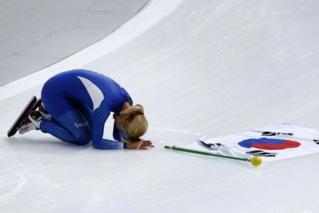 韩国选手冬奥获银牌 面向观众下跪道歉