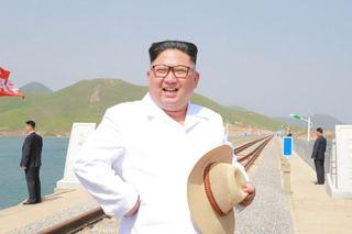金正恩视察朝鲜新建成的跨海铁路大桥