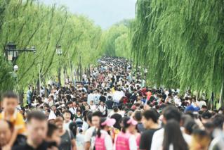 """国庆长假多地景区开启""""人从众""""模式"""