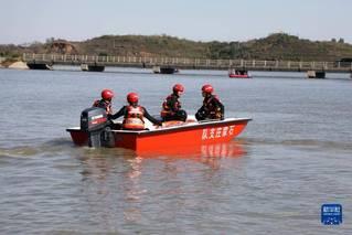 河北平山县发生通勤班车涉水倾覆事故