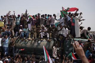 苏丹抗议者欢呼军委会主席辞职