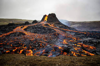 冰岛人的周末历险:火山熔岩烤肠香不香?