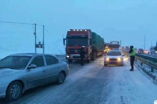 青海多地迎来强降雪 交通出行受影响