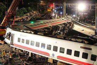 台铁出轨致18死190伤 台