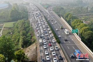 五一假期首日全国道路交通总体平稳
