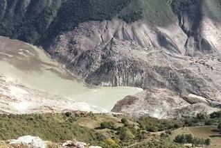 金沙江堰塞湖:山体新裂缝达10公分