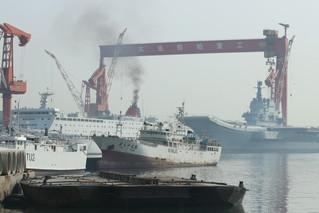 国产航母和保障船烟囱冒黑烟 今或有动作