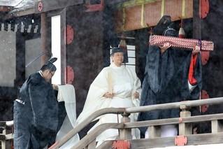 日本德仁天皇大雨中祭拜天照大神