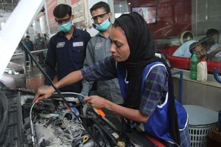 突破社会框架 巴基斯坦的女汽车修理工