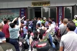 湖南交警与执法人员冲突现场