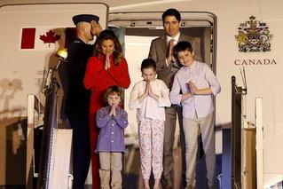 特鲁多偕家人访印度 双手合十画风很萌