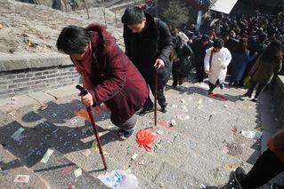 游客扎堆祈福 泰山台阶撒满零钱