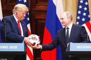 特朗普收普京的世界杯球,抛给妻子