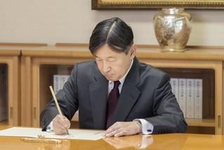 日本新天皇办公照公开:穿西服写毛笔字
