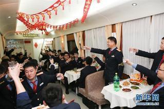 列车员春节坚守岗位 在车厢吃团圆饭