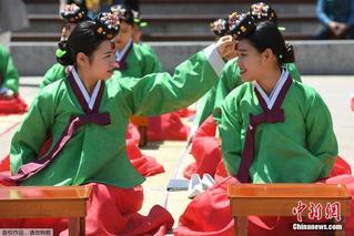 韩国举行传统成年礼 女生着传统服饰加冠