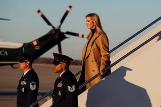 伊万卡下飞机照片蹿红 网友直呼:女总统