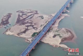 江西旱情持续 赣江南昌段河床裸露
