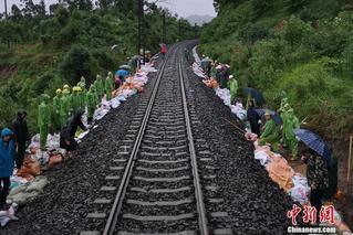 四川乐山强降雨冲毁铁路